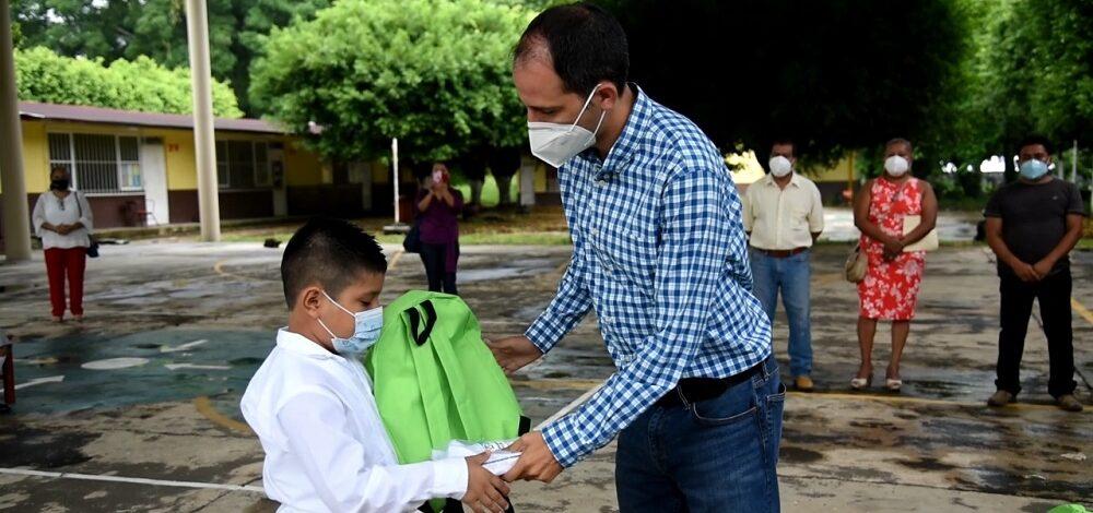 """""""Con domo y útiles escolares, cumplimos con los estudiantes en Calería"""": Tavo Pérez"""