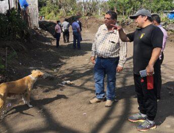 El presidente municipal Julio Ortega supervisa obra en la calle arenal y es felicitado por los vecinos